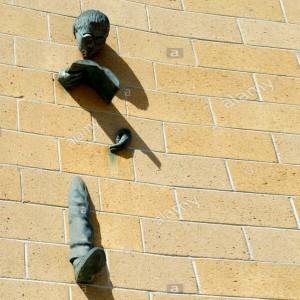 plymouth-uk-universita-di-plymouth-library-scultura-di-un-uomo-che-legge-un-libro-proveniente-dalla-libreria-dal-muro-cp0k5b